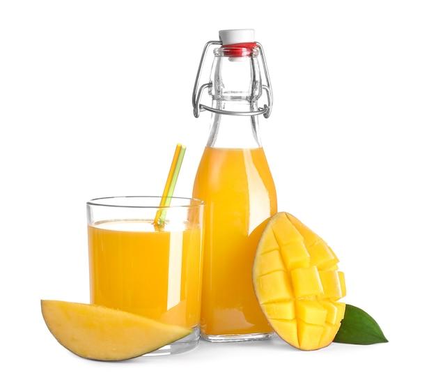Bottiglia e bicchiere di gustoso succo di mango su bianco