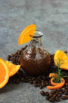 Una bottiglia di americano ghiacciato con succo di caffè all'arancia mocktail cold brew orange tonic