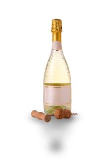 Bottiglia di vino leggero e cavatappi su sfondo bianco