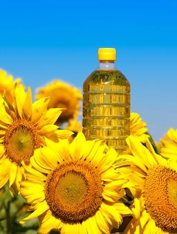 Bottiglia di olio con girasoli