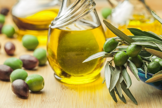 Bottiglia di olio d'oliva con olive verdi e nere
