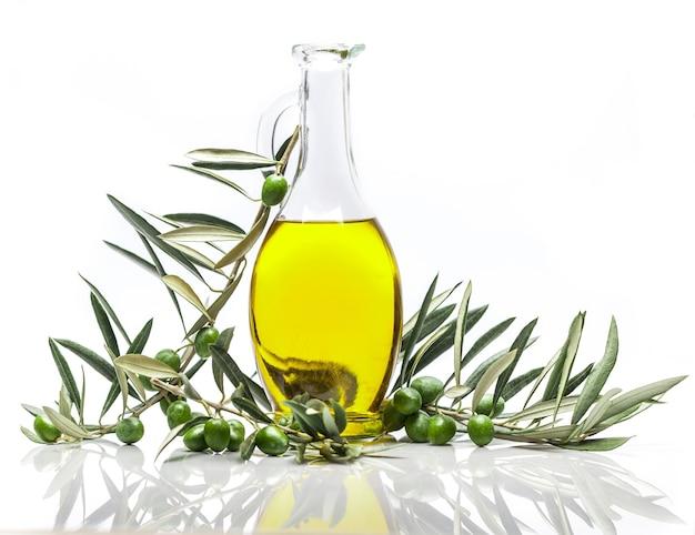 Bottiglia di olio d'oliva con rami di ulivo