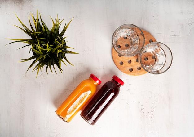 Una bottiglia di succo di pesca e melograno. piatto. composizione. foto di alta qualità