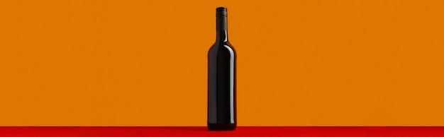 Bottiglia di vino rosso su sfondo arancione e rosso mock up drink con posto per te etichetta e testo