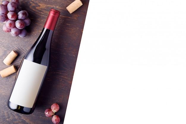 Bottiglia di vino rosso con etichetta. bianco isolato