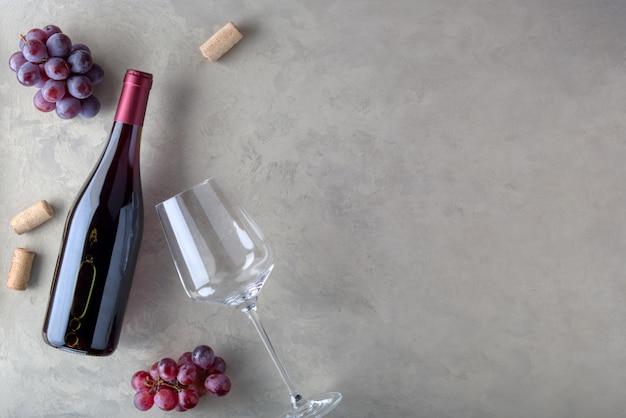 Bottiglia di vino rosso con etichetta. vista dall'alto.