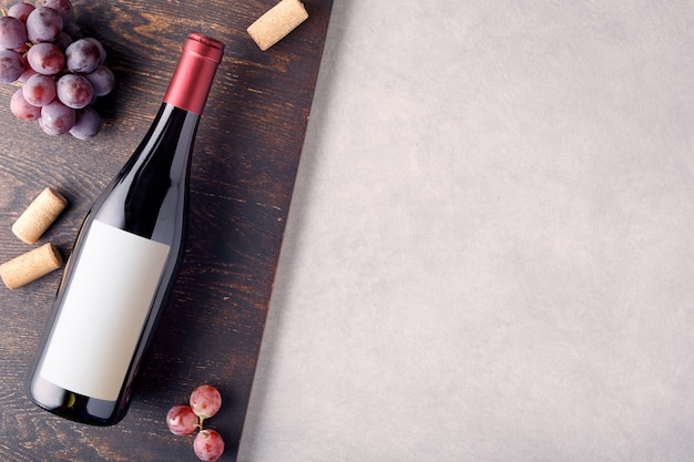 Bottiglia di vino rosso con etichetta.