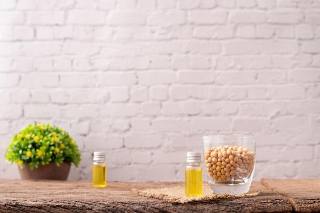 Bottiglia di olio di soia sul tavolo di legno.