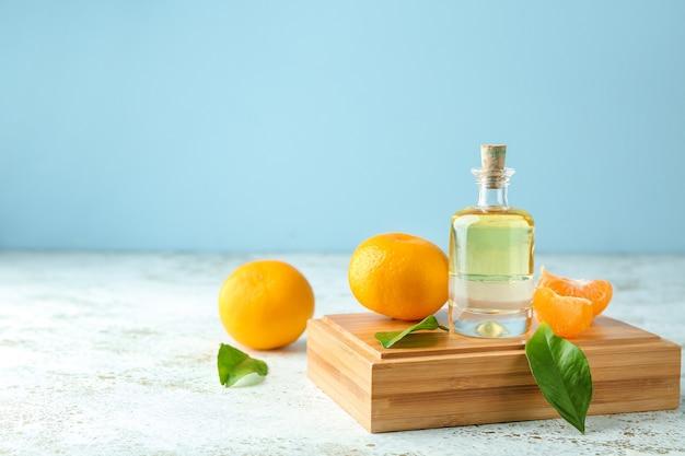 Bottiglia di olio essenziale di mandarino sul tavolo