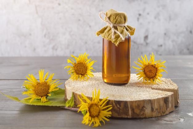 Una bottiglia di tintura di elecampane e fiori