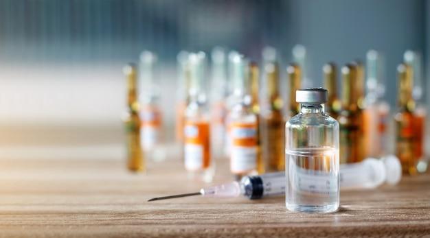 Una bottiglia di vaccino biologico fornisce l'immunità a una malattia e una siringa con la medicina
