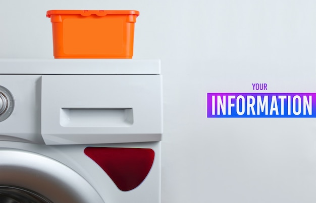 Bottiglia di gel detergente su una lavatrice. sfondo bianco per lo spazio della copia