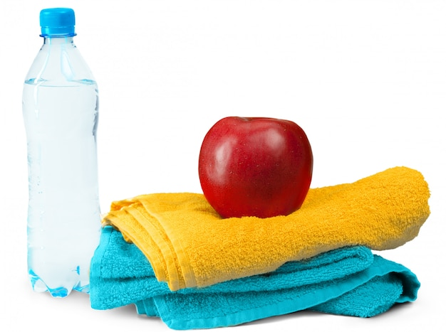 Bottiglia d'acqua, mela isolata