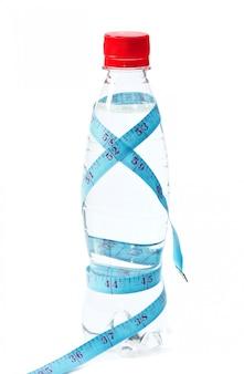 Perdita di peso dell'acqua in bottiglia isolata su bianco