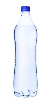 Bottiglia d'acqua con tappo a vite blu isolato su sfondo bianco