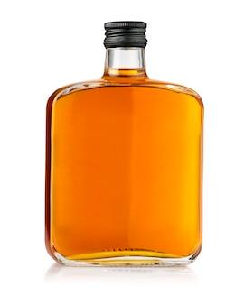 Bottiglia di whisky isolata su un bianco