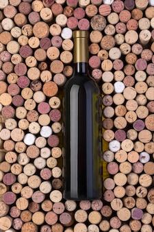 Bottiglia di vino bianco e tappi su un tavolo di legno