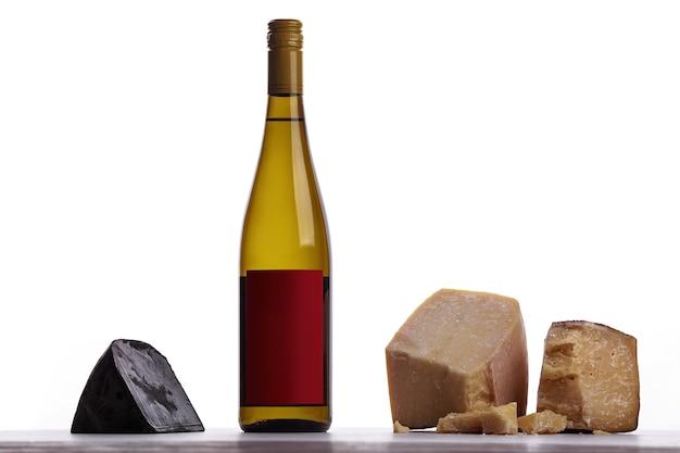 Una bottiglia di vino bianco, formaggio costoso, formaggio ammuffito, formaggio nero. su sfondo bianco. posto per il logo.