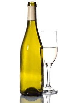 Bottiglia di vino bianco e vetro su grigio chiaro