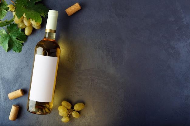 Bottiglia di vino bianco con etichetta. vista dall'alto.