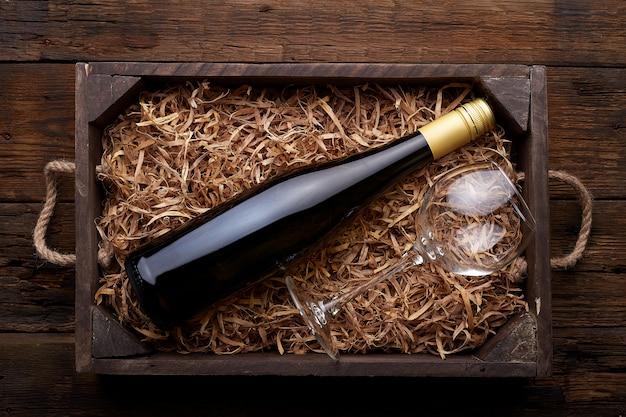 Bottiglia di vino nel caso in legno rustico