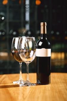 Una bottiglia di vino e bicchieri sul tavolo