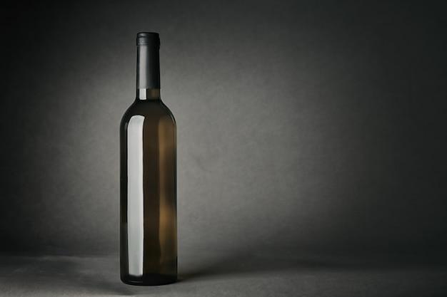 Bottiglia di vino sulla superficie grigia