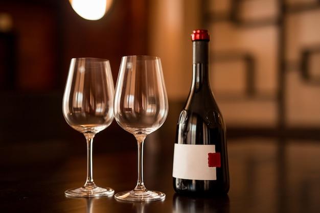 Bottiglia di vino e due bicchieri sul tavolo