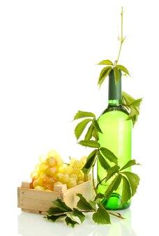 Bottiglia di vino con uva isolata su bianco