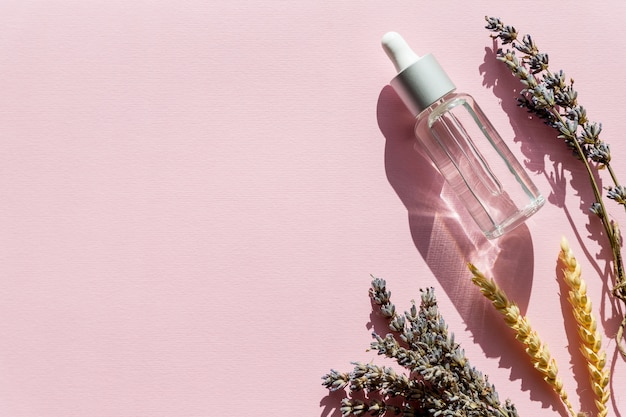 Bottiglia con olio aromatico e fiori di lavanda. prodotto per la cura del corpo all'olio di lavanda. aromaterapia, spa, assistenza sanitaria naturale. copi lo spazio