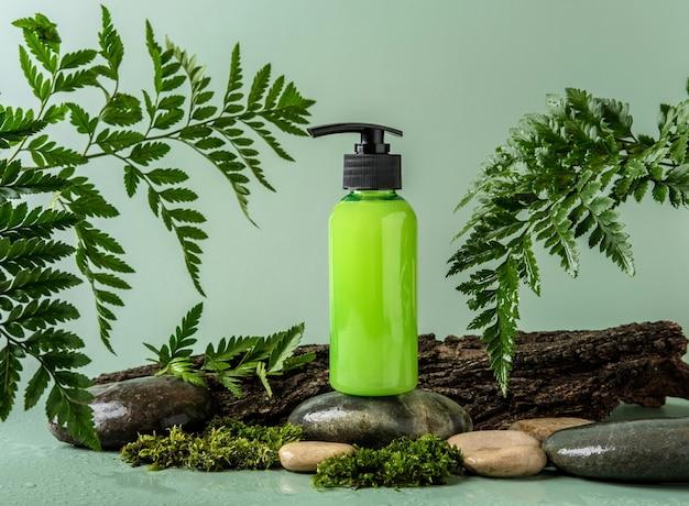 Bottiglia con dispenser su stoun podio e sfondo pastello. modello di contenitore cosmetico con posto per il testo. concetto di prodotto di bellezza naturale per la cura della pelle.
