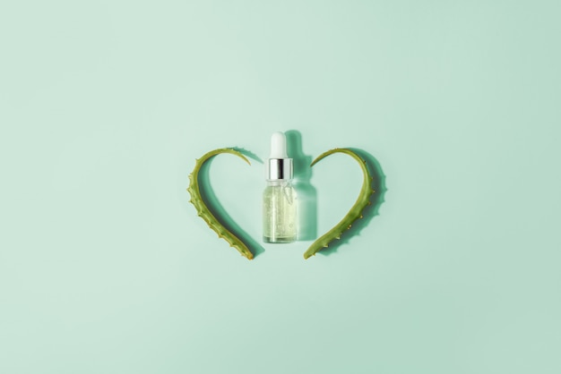 Bottiglia con siero, estratto con foglie di aloe vera.