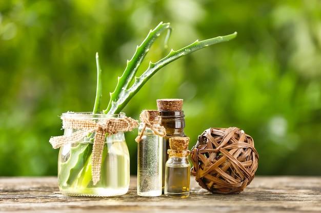 Bottiglie di olio essenziale di aloe sulla tavola di legno