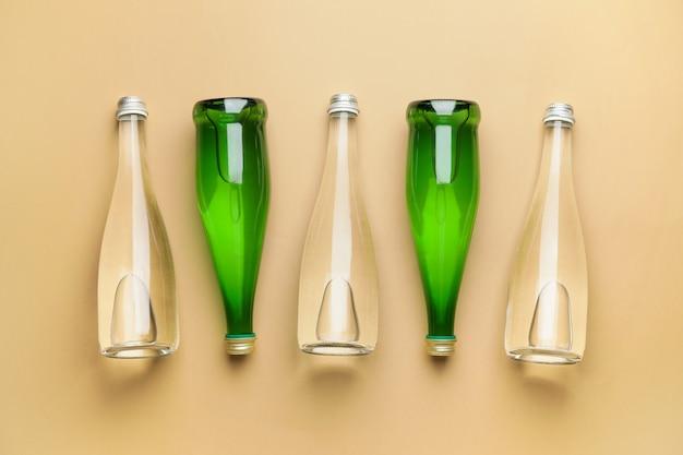 Bottiglie di acqua pulita sul colore