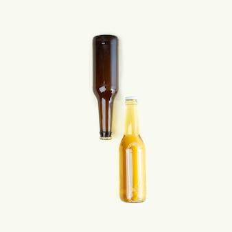 Una bottiglia di birra artigianale su sfondo beige. giornata internazionale della birra o concetti di octoberfest. riposare e bere birra dopo una dura giornata di lavoro in casa. colori minimalisti su una foto. copia spazio