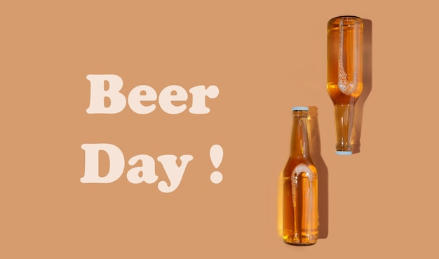 Una bottiglia di birra artigianale su sfondo beige. giornata internazionale della birra o concetti di octoberfest. giornata della birra di testo. riposare e bere birra dopo una dura giornata di lavoro in casa. colori minimalisti su una foto