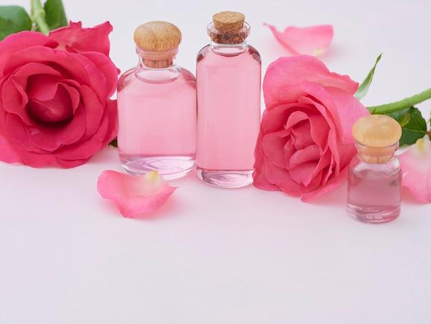 Bottiglie di olio essenziale di rosa