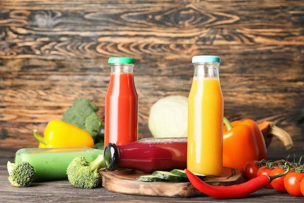 Bottiglie di succhi di verdura fresca sul tavolo