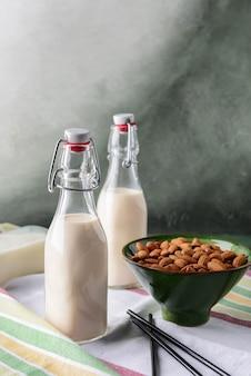 Bottiglie di latte di mandorla sano sul tavolo