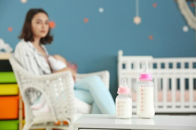 Bottiglie di latte sul tavolo in camera