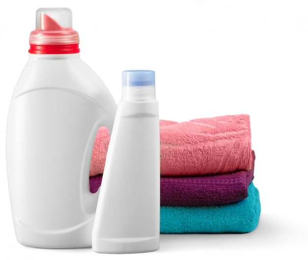 Bottiglie e asciugamani isolati