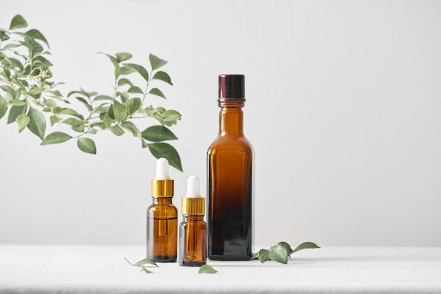 Bottiglie con olio aromatico, medicinali su fondo di legno. messa a fuoco selettiva, orizzontale.