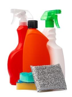 Bottiglie con prodotti per la pulizia e spugna su sfondo bianco isolato