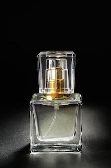 Bottiglie con profumo si chiudono sul nero