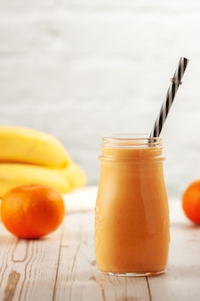 Bottiglie con frullato di mandarino e banana