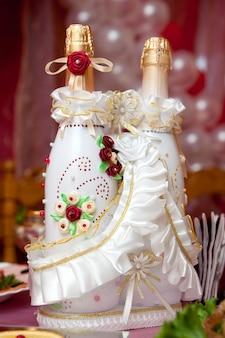 Bottiglie con vino su un tavolo di nozze