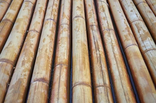 Parte inferiore di una zattera di bambù in acqua come sfondo o sfondo