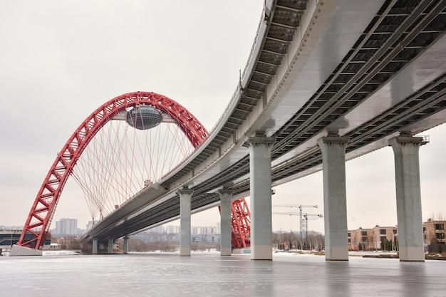 Vista dal basso del ponte sul fiume di mosca