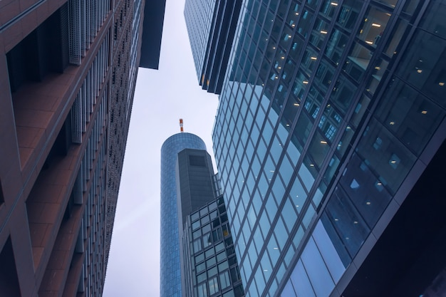 Vista dal basso degli edifici nel quartiere degli affari.