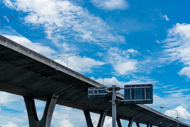 Vista dal basso dell'autostrada concreta elevata
